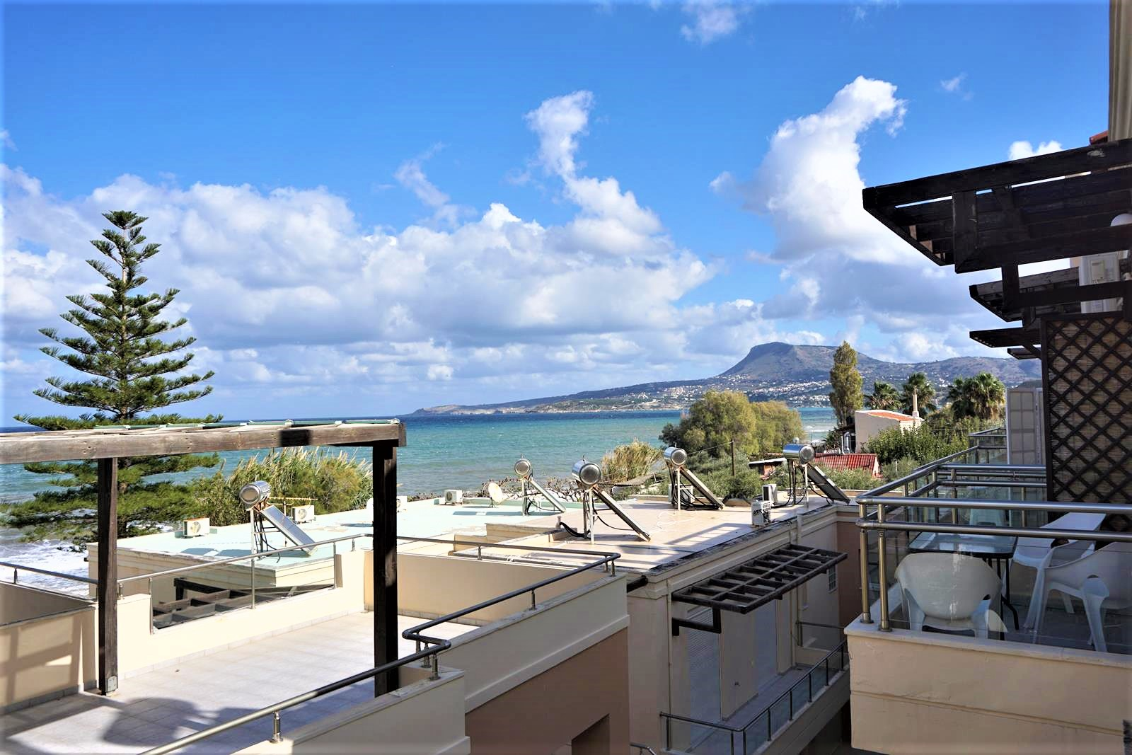 Maisonette with a sea view and next to the beach in Kalyves