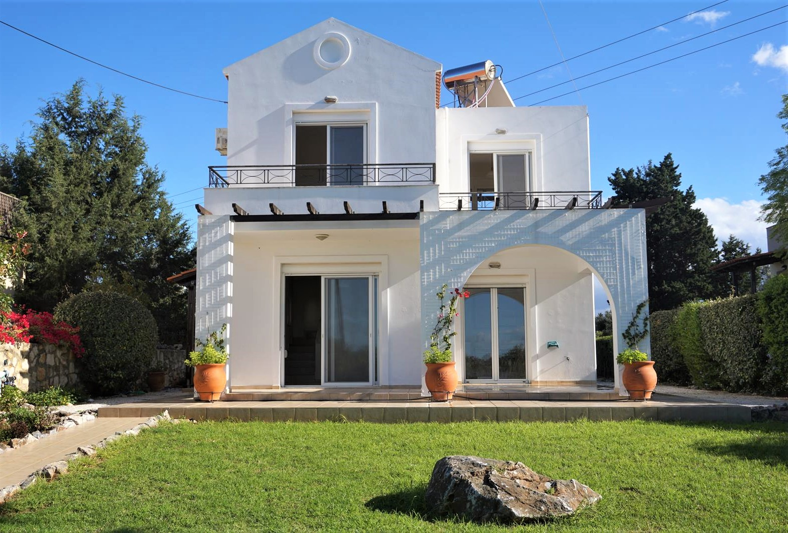 Detached house with nice views and big plot in Xirosterni