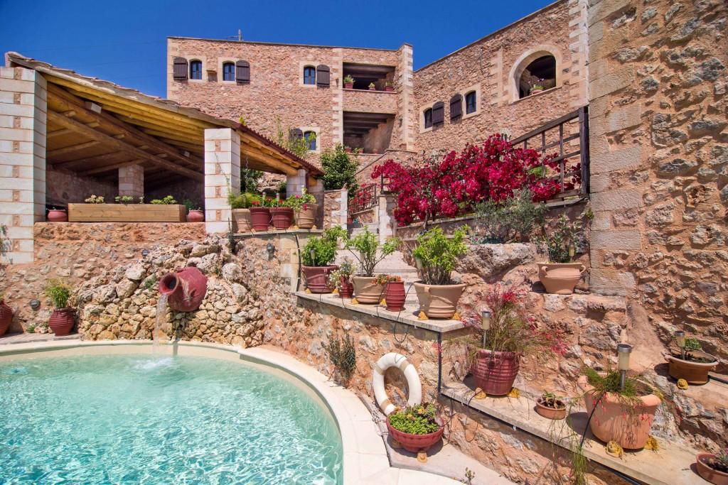 Piękny kamienny hotel z basenem w Armenoi